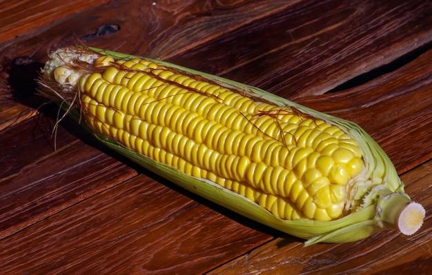 Kukurydza cukrowa, wysoka roczna trawa zbożowa, na stole z drewna tekowego