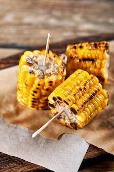 Kukurydza grillowana z solą i przyprawami