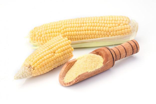 Kukurydza i mąka kukurydziana na białym tle