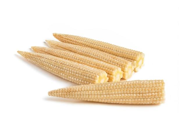 Kukurydza na białym tle mała kukurydza na białym tle jednorodne tło ścieżka przycinająca pełna dep...