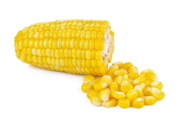 Kukurydza na jądrach kolby na białym tle ścieżki przycinającej