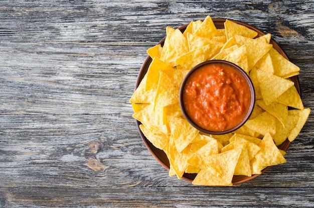 Kukurydza nachos z pikantnym sosem pomidorowym.