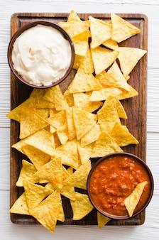Kukurydza nachos z pikantnymi sosami pomidorowymi i serowymi.