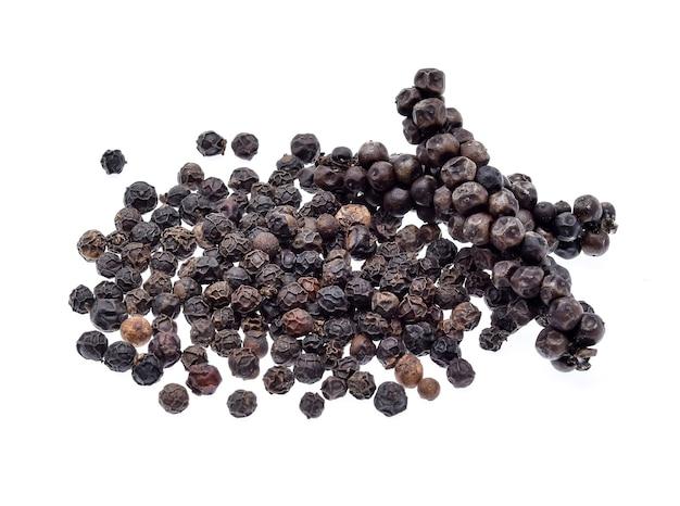 Kukurydza pieprz czarny na białym tle