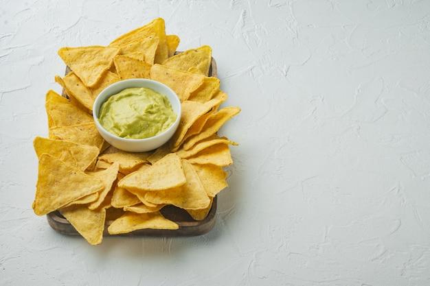 Kukurydza tortilla chipsy nachos i sos dip, na białym stole