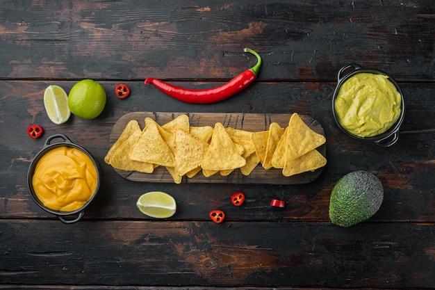 Kukurydza tortilla chipsy nachos i sos dipowy, na starym drewnianym stole, widok z góry lub leżał płasko