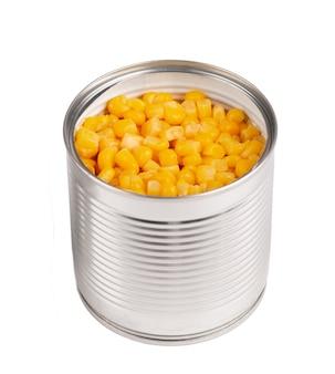 Kukurydza w puszkach metalowych w puszkach, na białym tle. marynowana kukurydza.