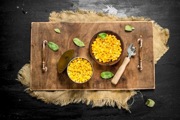 Kukurydza w puszkach w misce na pokładzie.