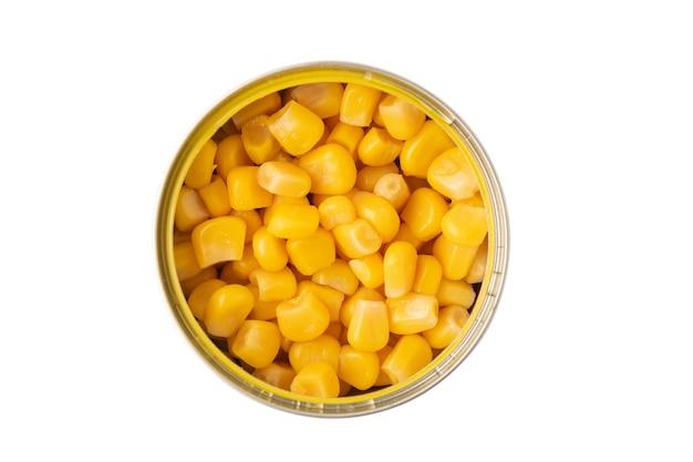 Kukurydza w puszkach w słoiku na białym tle na białej powierzchni, widok z góry