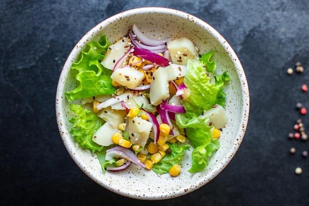 Kukurydza ziemniaczana z sałatą warzywną keto lub dietą paleo