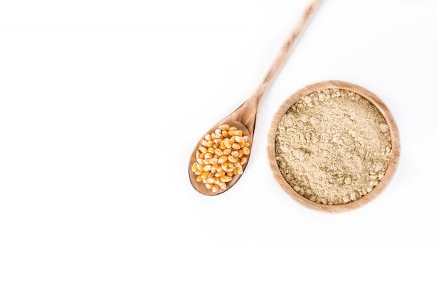Kukurydzana mąka w pucharze odizolowywającym na białym, odgórnym widoku ,.