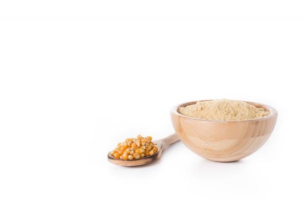 Kukurydzana mąka w pucharze odizolowywającym na bielu