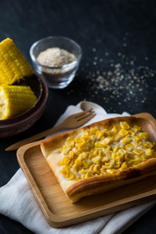 Kukurydzany tort na stole