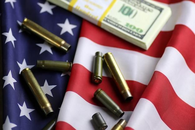 Kula i pieniądze na amerykańskiej fladze