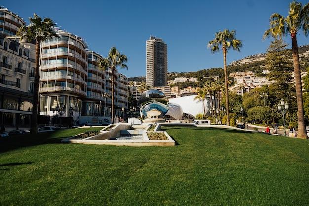 Kula lustrzana odbijająca budynek monte carlo, grand casino