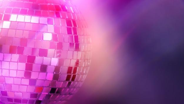 Kula lustrzana z kolorowym tłem. klub nocny. zdjęcie wysokiej jakości
