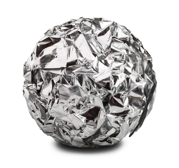 Kula papieru aluminiowego na białym tle