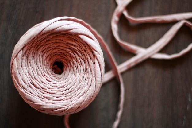 Kula różowej przędzy dzianej. dziewiarska różowa przędza