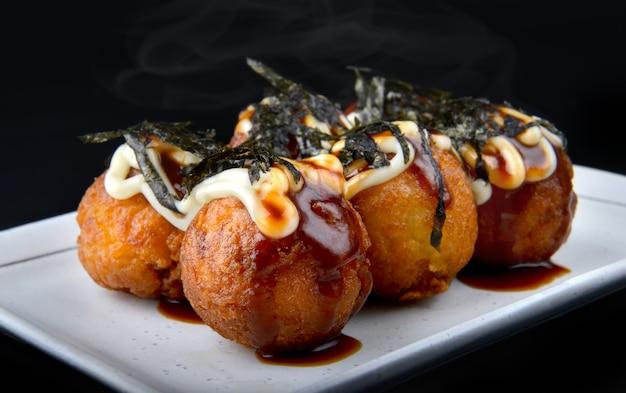 Kula takoyaki lub japońska ośmiornica.