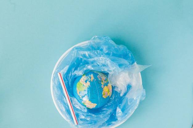 Kula ziemska na plastikowym talerzu. pojęcie ekologii, ochrona gruntów