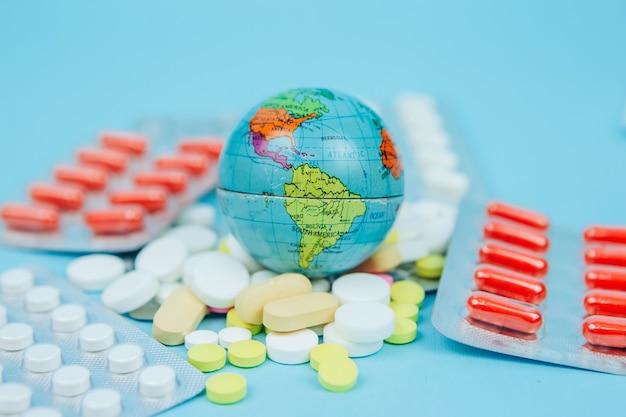 Kula ziemska w rękach lekarza. mieszkańcy planety walczą z koronawirusem. globalna pandemia covid 19. glob w masce medycznej.