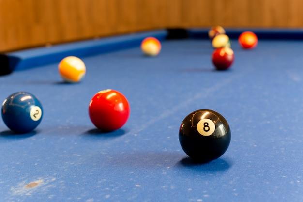 Kule bilardowe na stole do snookera wybrane ostrości.