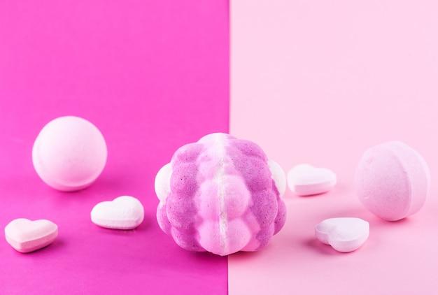 Kule do kąpieli aromatycznej na różowej powierzchni