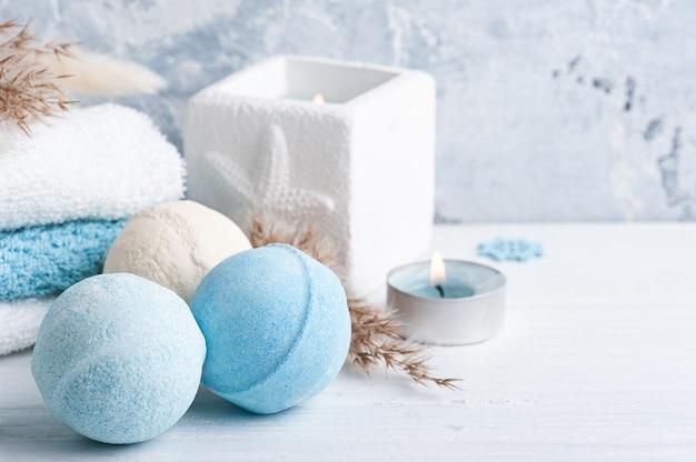 Kule do kąpieli w niebiesko-białej kompozycji spa z suchymi kwiatami