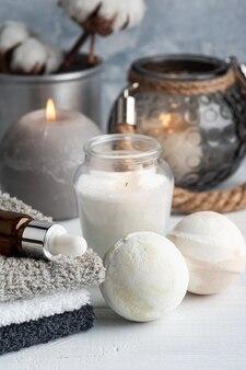 Kule do kąpieli z czekoladą waniliową w aranżacji spa z suszonymi kwiatami i zapalonymi świecami