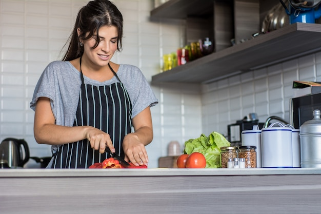 Kulinarna kobieta w kuchni
