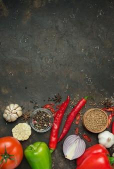 Kulinarne tło dla przepisów kulinarnych. rama świeżych warzyw i składników do gotowania. tło żywności skopiuj miejsce menu tła tabeli. miejsce na tekst.