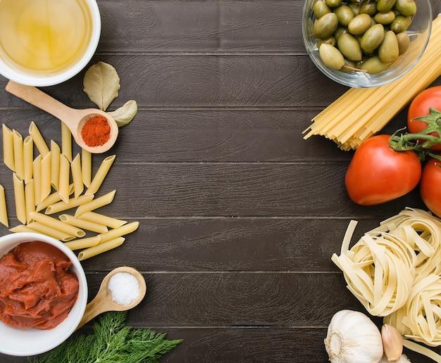 Kulinarne tło dla przepisów kulinarnych. rama ze składników do gotowania włoskiego makaronu. lista zakupów spożywczych, książka z przepisami, żywność dietetyczna lub wegańska.