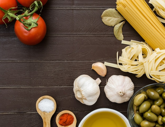 Kulinarne tło dla przepisów kulinarnych. składniki żywności do gotowania włoskiego makaronu. lista zakupów spożywczych, książka z przepisami, żywność dietetyczna lub wegańska.