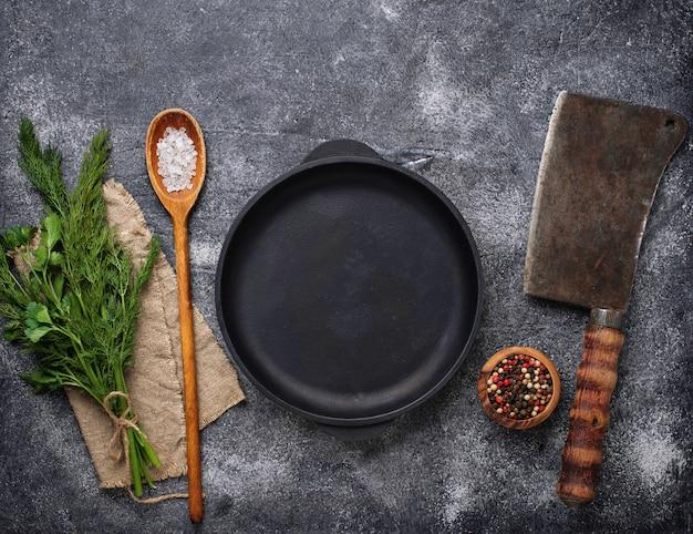 Kulinarne tło z przyprawami, patelni i tasakiem