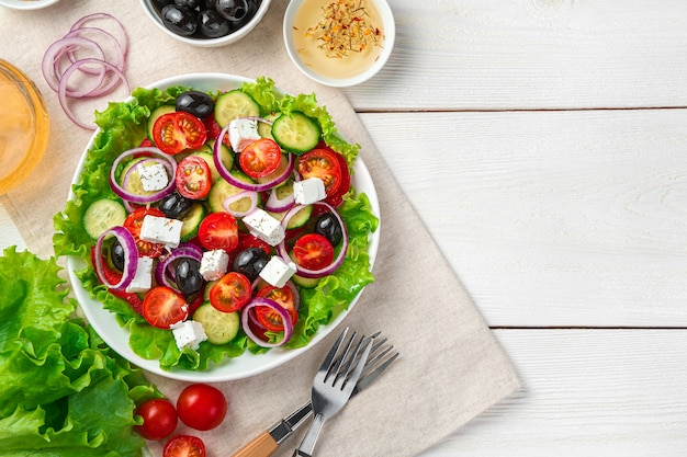Kulinarne tło z sałatką grecką