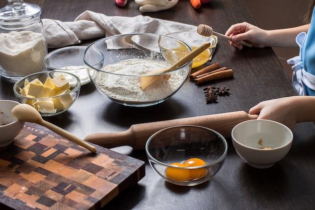 Kulinarni bożenarodzeniowi piernikowi ciastka na zmroku.