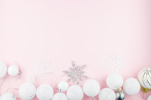 Kulki biało-srebrne, ozdobne płatki śniegu i lekka girlanda