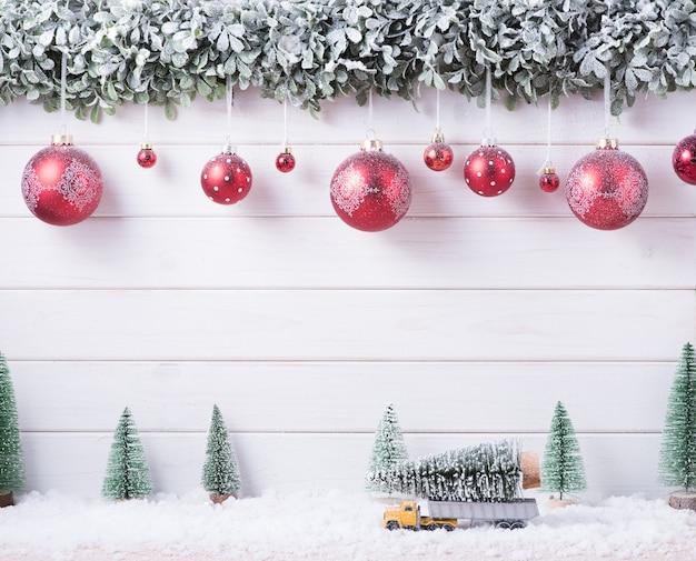Kulki bombki śnieg wesołych świąt i szczęśliwego nowego roku dekoracji do świętowania na białym tle drewna z miejsca na kopię.