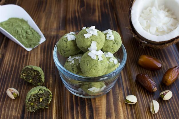 Kulki energetyczne z proszkiem matcha, pistacjami i kokosem