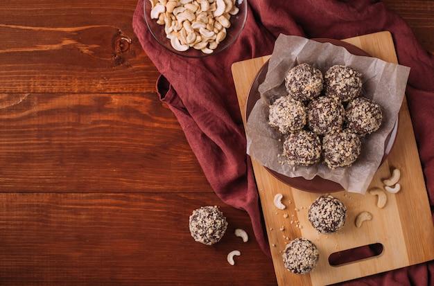 Kulki kakaowe, trufle czekoladowe ciasta na pokładzie na drewnianym stole