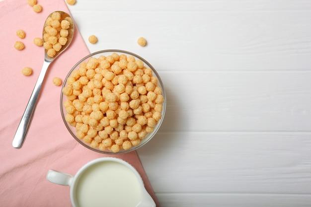 Kulki kukurydziane w glazurze na śniadanie zbliżenie na stole