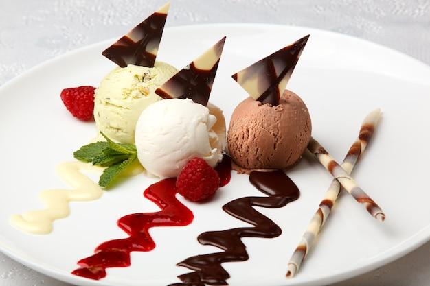 Kulki lodów z pistacjami, wanilią i czekoladą