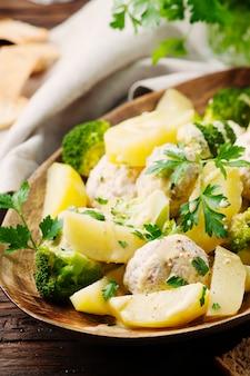 Kulki mięsne z kurczaka na parze i warzywa