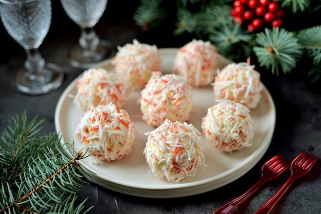 Kulki serowe w wiórkach krabowych to tradycyjna rosyjska przekąska na przyjęcie bożonarodzeniowe i noworoczne.