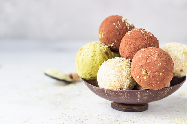 Kulki surowej energii z proszkiem herbaty matcha, proszkiem kakaowym i płatkami kokosowymi