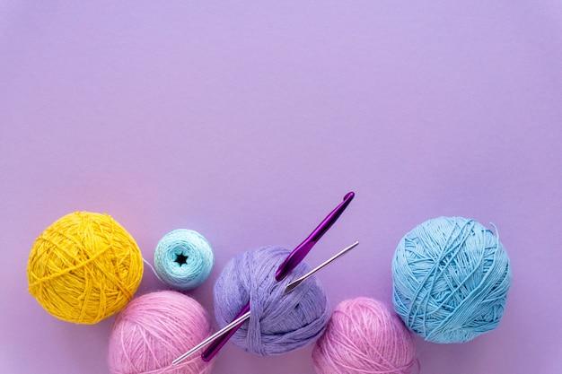 Kulki z włóczki do szydełkowania na liliowym kolorze