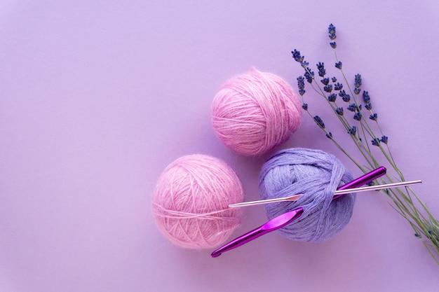 Kulki z włóczki do szydełkowania z lawendą na liliowym kolorze