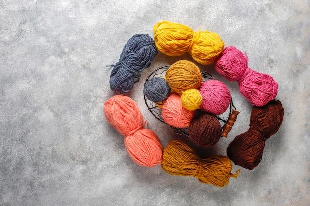 Kulki z włóczki w różnych kolorach z igłami do robienia na drutach.