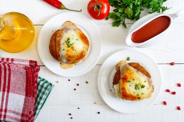 Kulki ziemniaczane z mięsem mielonym w głębokim tłuszczu, zapiekane z mozzarellą. widok z góry.