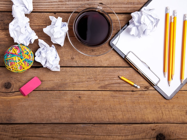Kulki Zmięty Papier Ze Schowka Ołówkiem Na Podłoże Drewniane Premium Zdjęcia